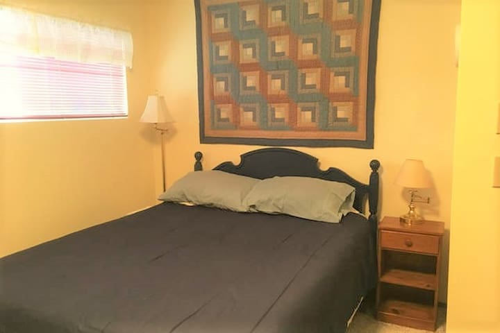 Cozy bedroom w/ queen bed, near a beautiful park