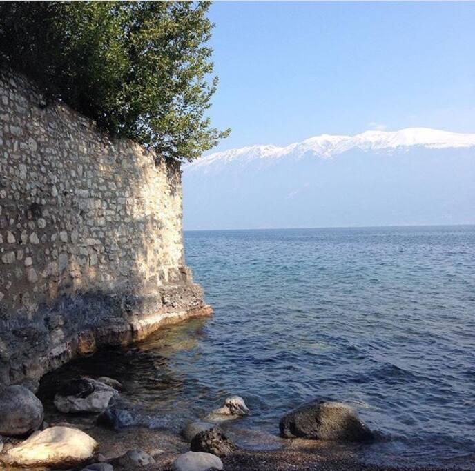 Ein Spaziergang am See | Walking along Lago di Garda