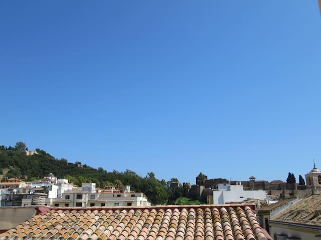 Vista de Gibralfaro y La Alcazaba desde las ventanitas del pasillo, baño y habitación.