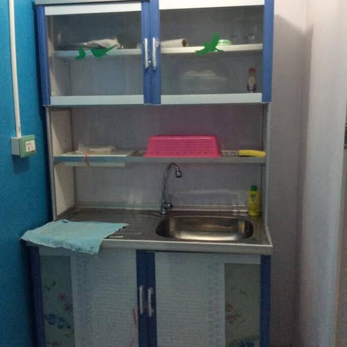 มีห้องครัวเล็กสามารถเก็บอาหาร มีตู้เย็นเล็กไว้สำหรับใส่ของสด