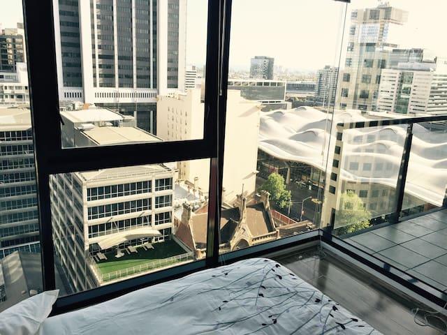 Spacious CBD City View Apartment - Free Tram Zone