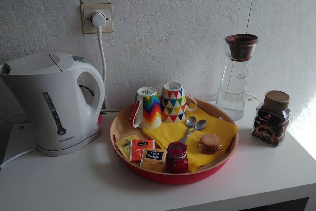 Bouilloire, thé, café et miel à dispo