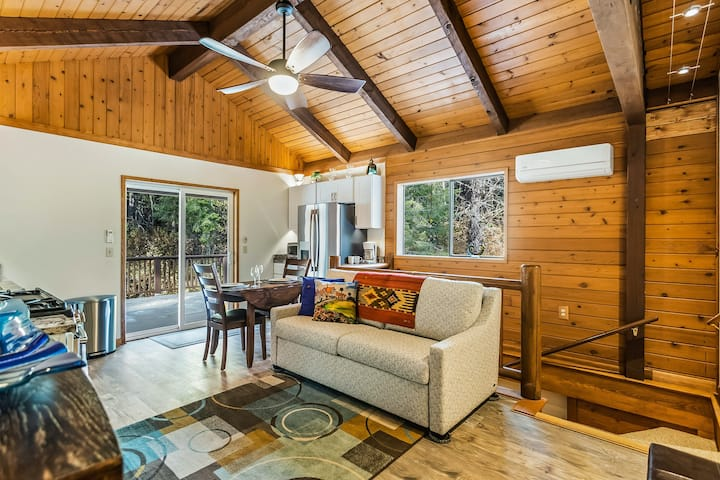 Charming guest house with free WiFi, full kitchen, public beach access, & dock!