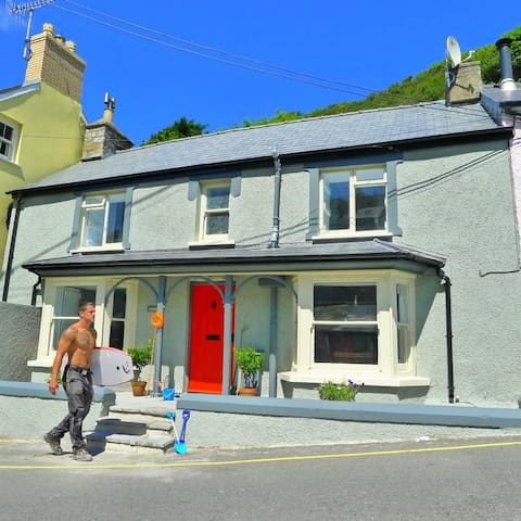Beach cottage in Llangrannog - yards from the sea! - Llangrannog - Huis