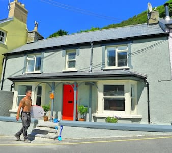 Beach cottage in Llangrannog - yards from the sea! - Llangrannog