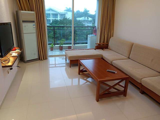 博鳌镇金海岸酒店边邻水精装两房两厅高档公寓。