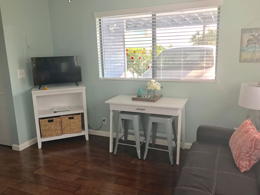 New as of 2017: Beautiful new wood blinds and breakfast table and stools.