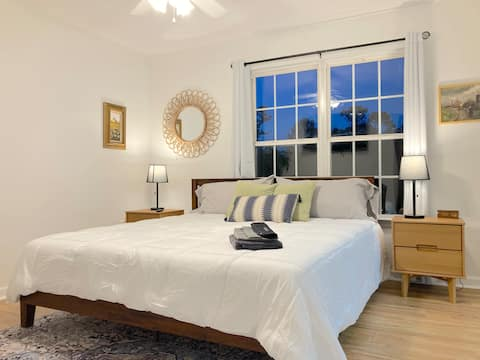 Cozy townhome with TWO KING and ONE QUEEN Beds