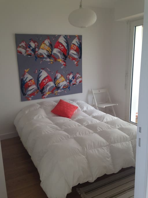 Chambre adulte, lit double, exposée Sud, sur varangue et jardin.