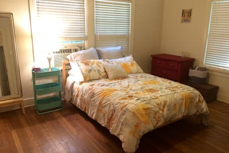 Bright room in cute and convenient Hyde Park - House