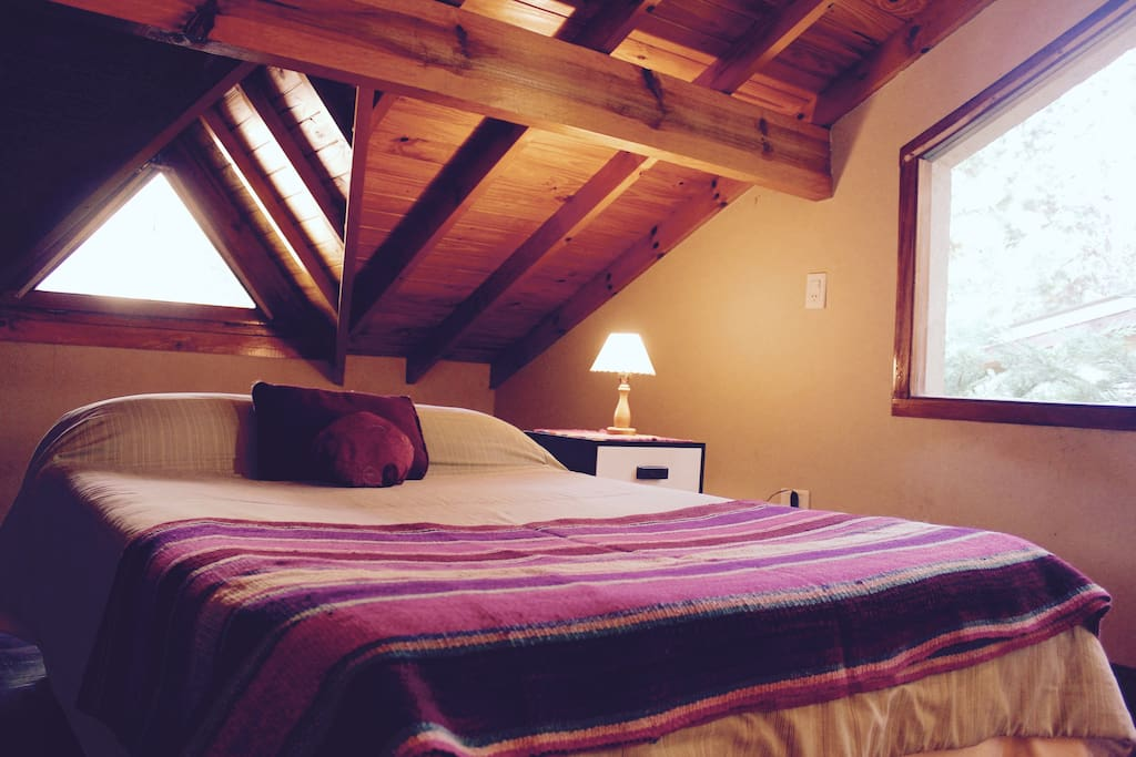 Habitacion Amplia en 2 piso, con camas queen, posibilidad de armar camas individuales segun la necesidad de los huespedes.