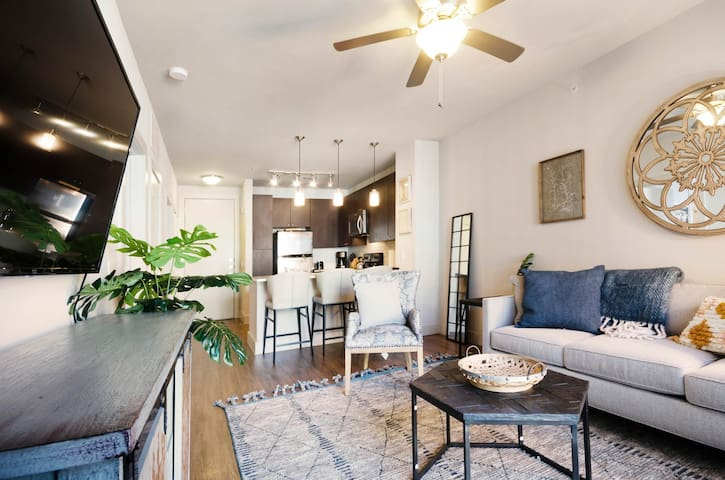 Modern condo w/ shared pool and hot tub - right downtown!