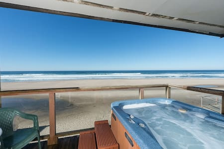 Oceanside Escape: Onsite Beach & Private Hot Tub