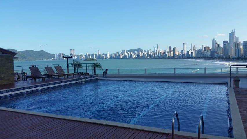 Apartamento com ÁREA COMUM com ampla vista do mar