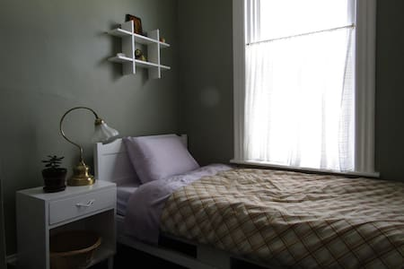 Small private room for one on Halifax Commons - 哈利法克斯 - 公寓