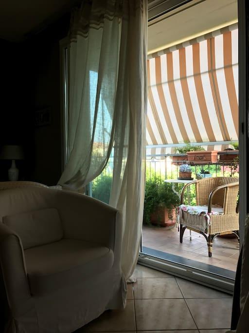 Vista dalla vetrata sul terrazzo .