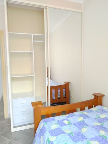 you have single size bed, closet with mirror, desk