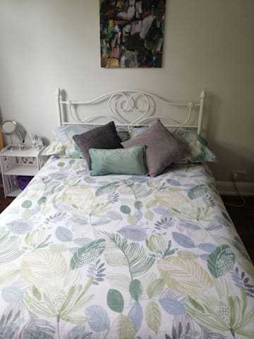 Bright room near picadilly line and Trent Park
