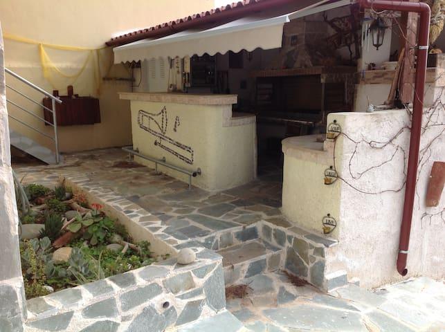 Παραθαλλασιο εξοχικό με σοφιτα, κήπο, barbeque - Anatoliki Attiki