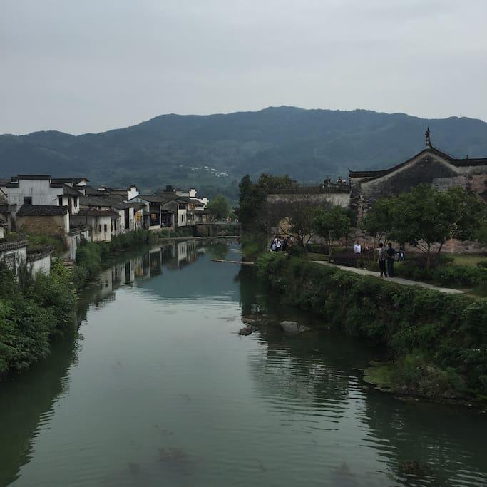 屋名堇舍民宿,位于徽州5A级风景区呈坎八卦村内精华路段的徽式传统老宅,面街临水,风景宜人。