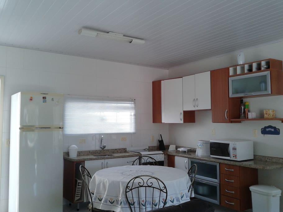 Cozinha toda equipada com utensílios domésticos.
