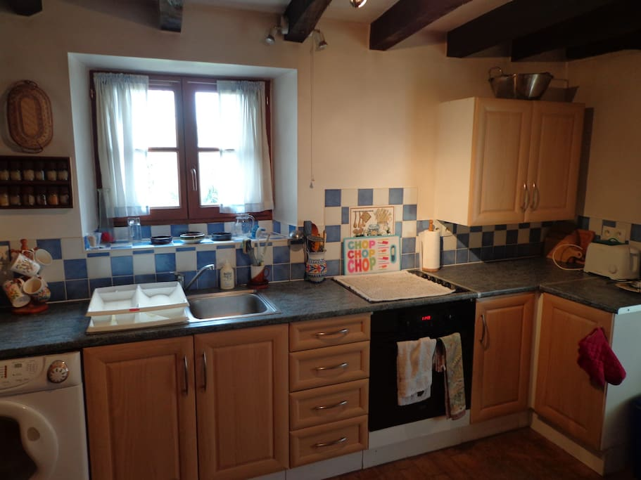 Fully equipped Kitchen with fitted electric oven, microwave and washing machine