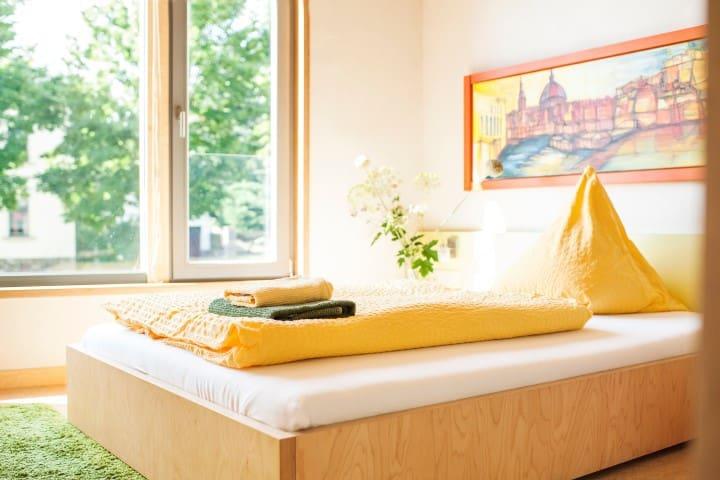 Modern eingerichtetes Einzelzimmer in ruhiger Lage