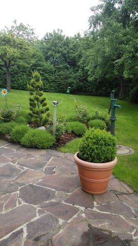 Blick in den Garten von unserer Terrasse