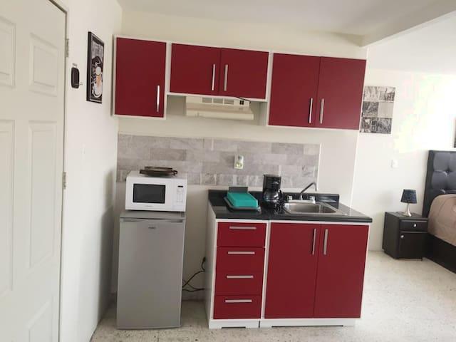 Cocineta con aditamentos y parrilla eléctrica