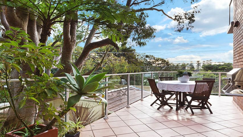 Manly Delight, Sunny, Spacious in Great Location