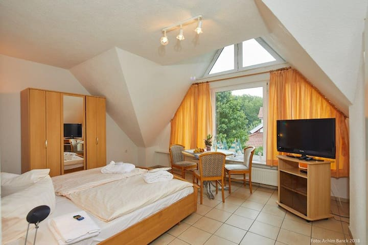 Großzügiges Doppelzimmer im Gästehaus mit Bad/WC