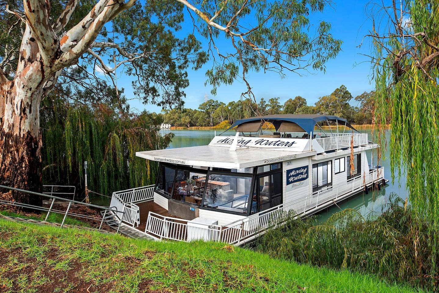 Moving Waters is situated in a peaceful location on the Murray River and only a 5 minute riverfront walk from the Renmark Township