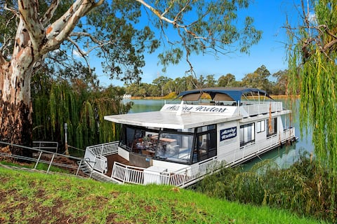 """Boats and Bedzzz""""Moving Waters"""" moored houseboat"""