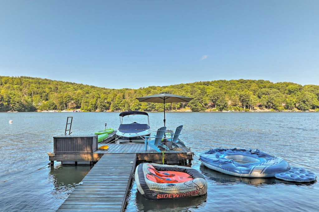 The home offers kayaks and paddle boards for the ultimate lake day.