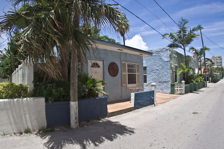 ~Hollywood Beach Cottage #3 ~ Steps to Ocean Front