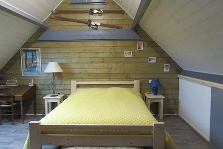 Chambre confortable dans maison en bois - Tilhouse - House