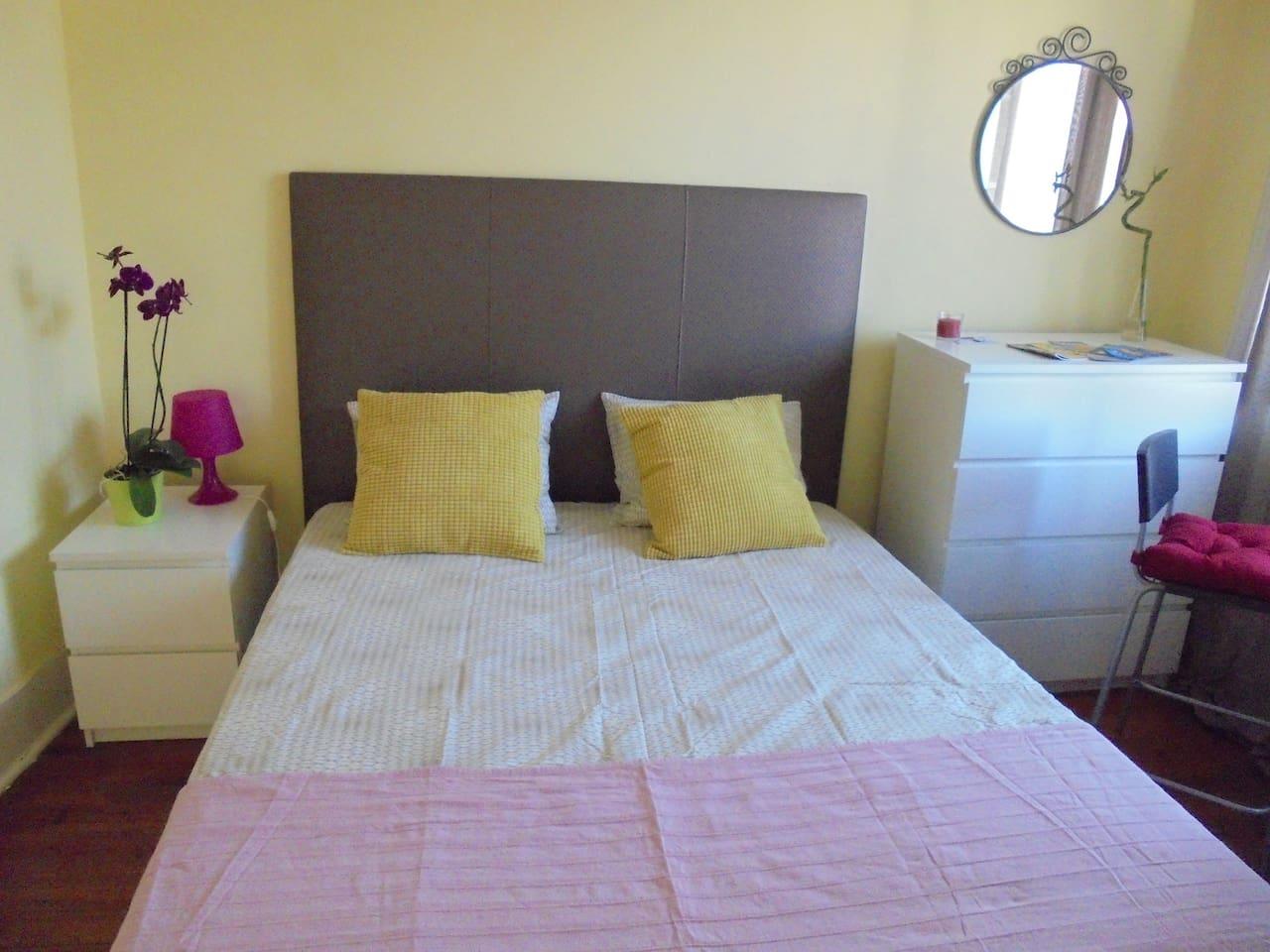 cama king size em quarto amplo