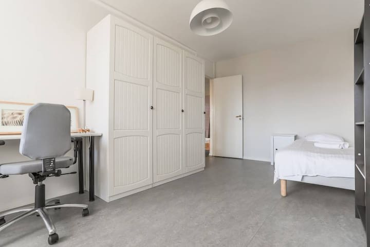 Bright, spacious room  in trendy Södermalm.