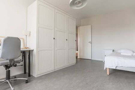 Bright, spacious room  in trendy Södermalm.