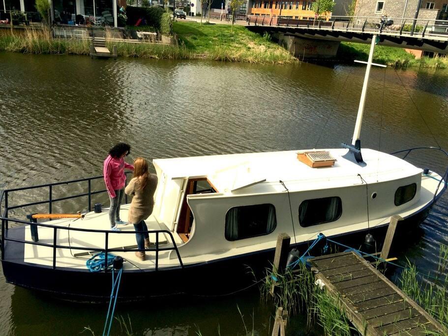bernachten sie in ihrem eigenen boot auf einem der kan le amsterdams boote zur miete in. Black Bedroom Furniture Sets. Home Design Ideas