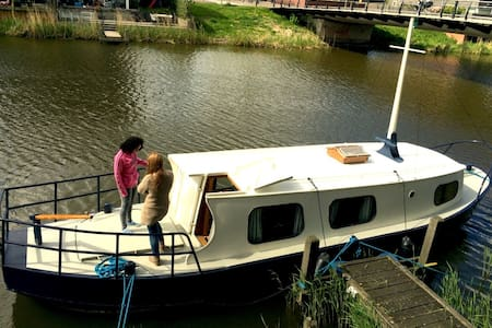 Sleep in your own boat on an Amsterdam canal - Amsterdam