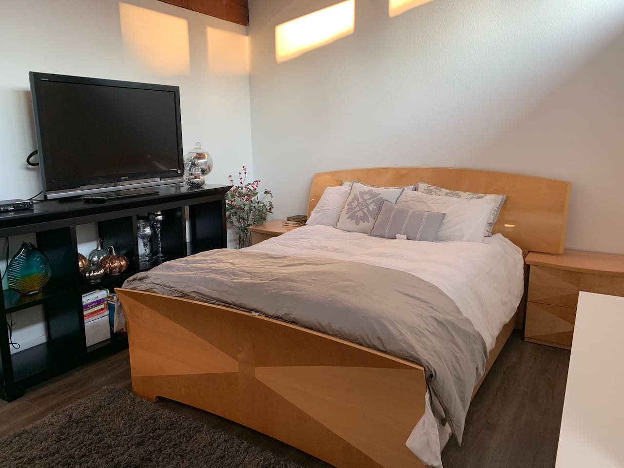 Full size bed, cable tv, plenty of room and large closet