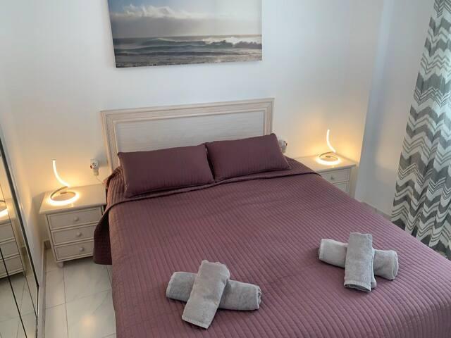 Sovrum 1 med dubbelsäng 160 cm x 200 cm och med en bäddmadrass