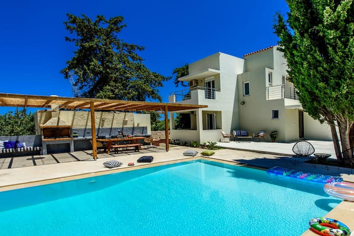 Luxurious 5 bedroom villa, BBQ, private pool!