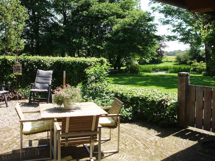Het uitzicht over de tuin is weids. Met wat geluk ziet u de reeen en ooievaars in de weilanden.