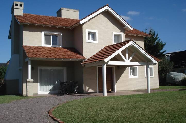 Cálida casa en Barrio Cerrado Campos de Alvarez