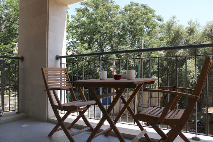 ~~wonderful 2 bedrooms/Modern-  Balcony & Parking