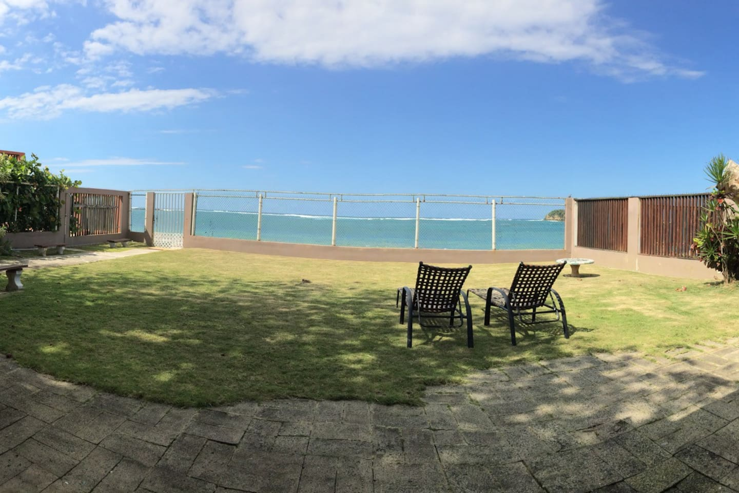 Big beautiful patio with a million dollar view!! Enjoy the sun, the sea and relax!!