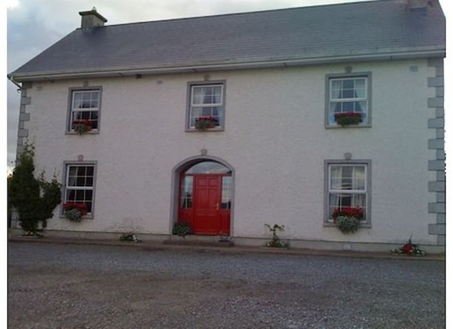 Country home (Bedroom 1: Kingsize Bed) - Clonmel - Casa