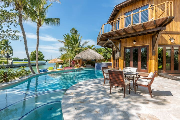 Waterfront Luxury Oasis-Private Pool, Beach & Dock